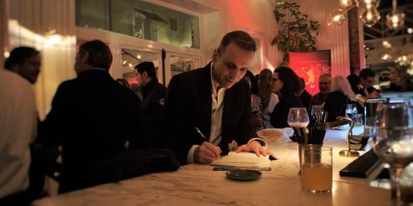 El autor javier garcia egochega durante la firma de la novela madrra patria